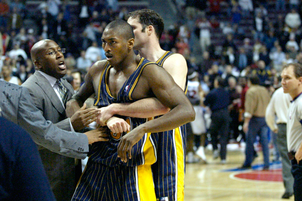 """The Brawl"" : quand un match NBA vire au pugilat"